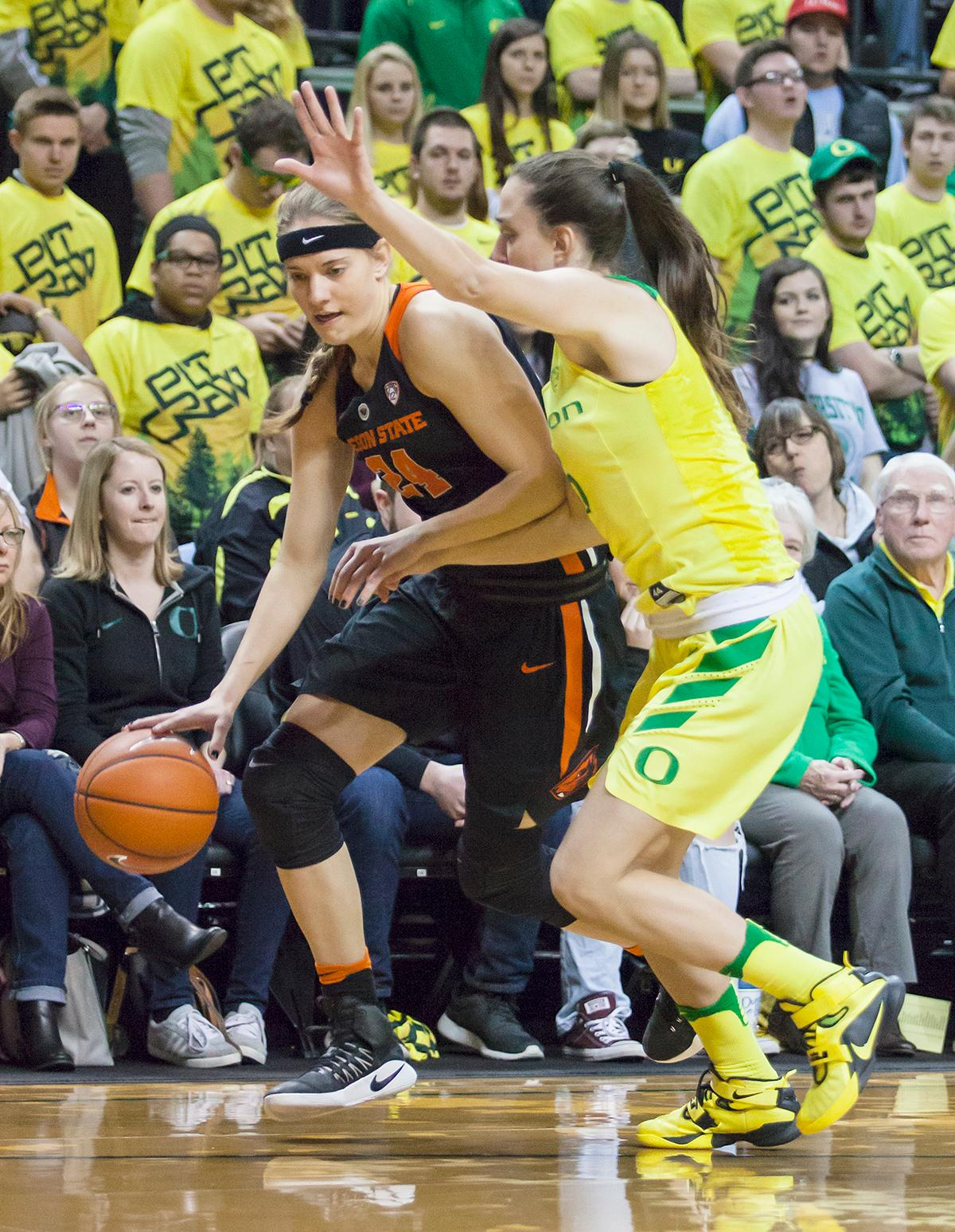 Oregon State guard Sydney Wiese (#24) edges out Oregon guard Maite Cazorla (#5). Wiese and Cazorla each racked up 12 points for their respective teams landing them among the top scorers for the game. The Oregon Ducks lost 40 to 43 against the Oregon State Beavers after a tightly matched 4th quarter. Photo by Ben Lonergan, Oregon News Lab