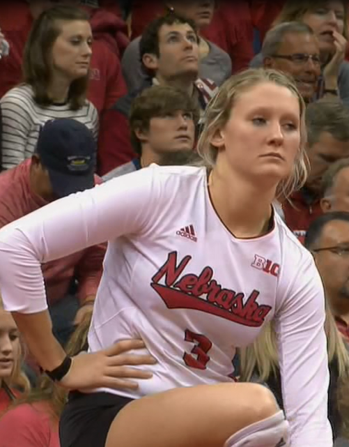 Kelly Hunter prepares to serve in a match (NTV News)