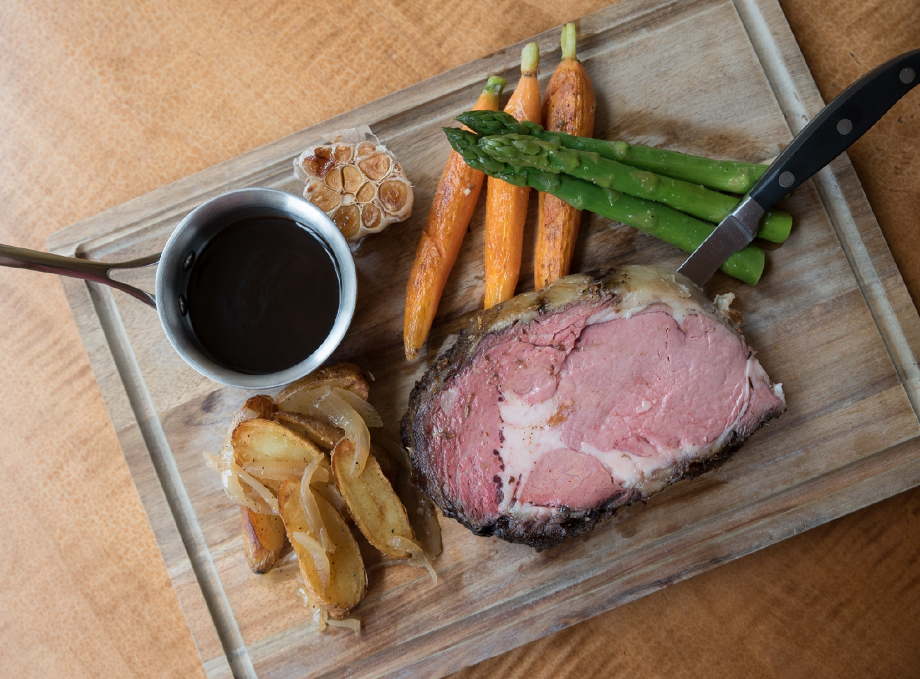 Prime rib with roasted carrot & asparagus, fingerling potatoes & horseradish jus lie / Image: Sherry Lachelle Photography