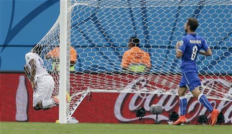 England's Daniel Sturridge, left, lands in the back of the net after missing a chance during the group D World Cup soccer match between England and Italy at the Arena da Amazonia in Manaus, Brazil, Saturday, June 14, 2014.