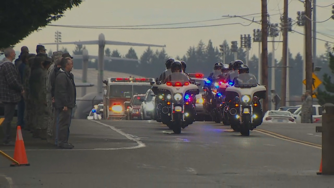 A procession is underway to escort the deputy's body to Pacific Lutheran University. (Photo: KOMO News)<p></p>