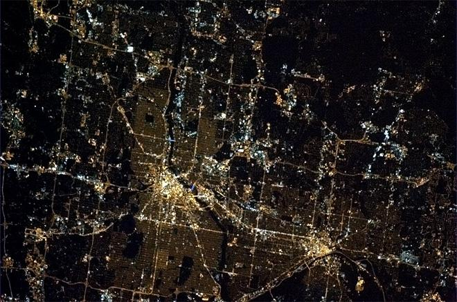 Twin cities, so close that they are one. St Paul and Minneapolis, USA.  (Photo & Caption: Chris Hadfield/NASA)