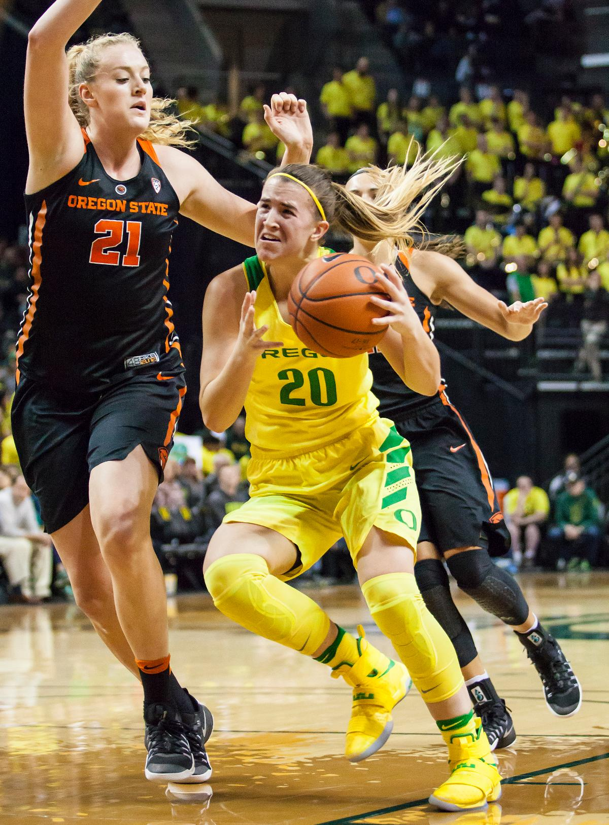 Oregon guard Sabrina Ionescu (#20) dodges around Oregon State center Marie Gulich (#21). The Oregon Ducks lost 40 to 43 against the Oregon State Beavers after a tightly matched 4th quarter. Photo by Ben Lonergan, Oregon News Lab