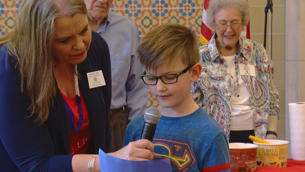 students deliver hand written thank you letters to ne austin veterans