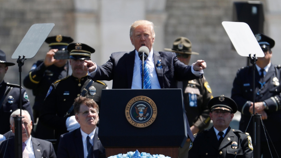 Trump pays tribute to fallen police officers | WTVC