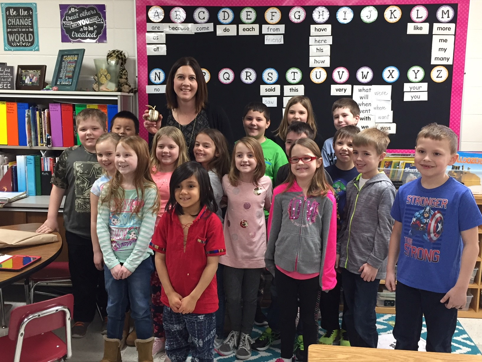 Michelle Loewenhagen and her second grade class pose with her Golden Apple Award Feb. 7, 2018, at Valley View Elementary School in Ashwaubenon. (WLUK/Donna Fischer)