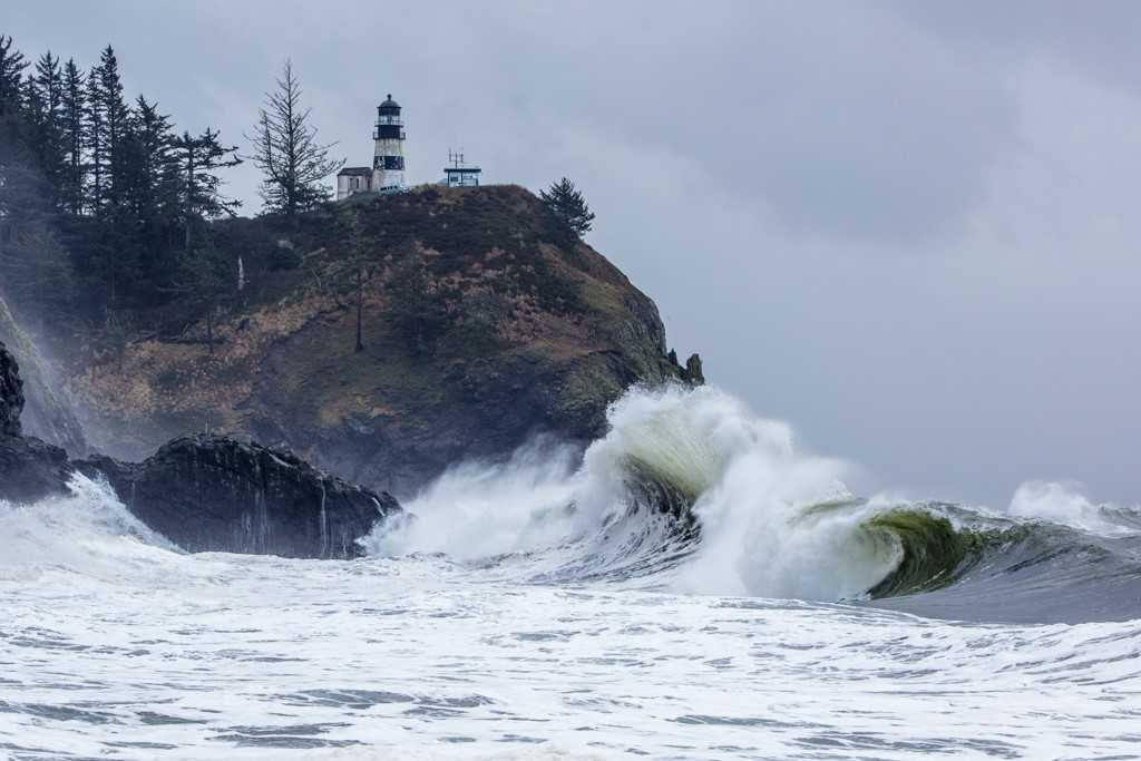 Huge waves crash into Cape Disappointment on Jan. 18, 2018 (Photo: Dave Steckler)<p></p>